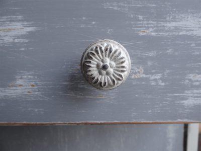Beim Erzeugen von Vintage Effekten durch das Abschleifen ist die Milk Paint im Vorteil - dafür haftet die Chalk Paint etwas besser auf offenporigen Untergründen