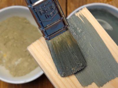 Je nach dem Mischverhältniss von Milkpaintpulver und Wasser wirkt die Farbe später auf dem Holz: Mal wie eine Lasur, mal wie ein deckender Anstrich