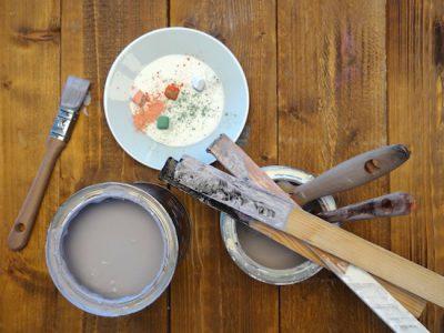 Das Gründerzeittischchen, das Du im Workshop bearbeiten wirst, ist bereits abgeschliffen und vorgestrichen, so dass Du am Workshotag gleich loslegen kannst mit der Milk Paint