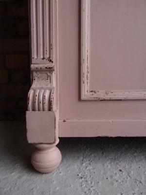 In der Regel bieten die Chalk Paint Produzenten viel mehr Farbtöne an als die Milk Paint Hersteller