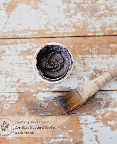 Das Antik Wachs färbt die hervorstehenden Elemente einer Oberfläche leicht dunkel ein und schafft so einen Used Look