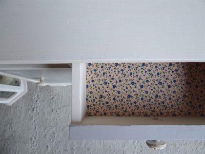 Die Einlegeböden und Schubladen Deines Möbels kannst Du gut mit der Decoupage Technik bearbeiten