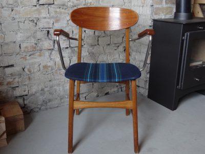 Es hat nur wenige Minuten gedauert, den alten Stuhl wieder wie neu aussehen zu lassen