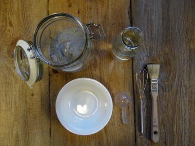 Milkpaint Farbpulver, ein Gefäß, Wasser, zwei Löffel und ein Quirl zum Umrühren - das braucht Ihr um die Milkpaint anzurühren