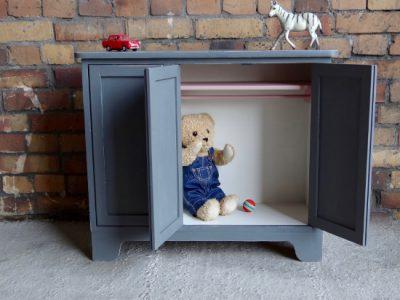 Unser Farbkonzept bei diesem Kindermöbel: Grau kombiniert mit Weiß & Rosa