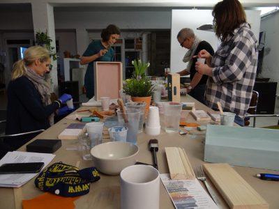 Rapuze Möbel veranstaltet regelmässig DIY Möbelgestaltungs Workshops - hier kannst Du auch ausprobieren, wie das Schablonieren funktioniert