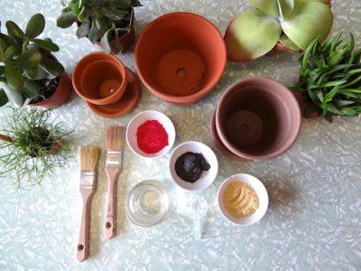 Blumentöpfe in unterschiedlichen Größen, Pinsel, Lappen, Wasser und Milk Paint Farbpulver, das sind die Zutaten für unser Projekt