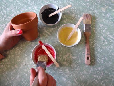 Für einen Blumentopf brauchst Du nur einen Cup von dem Milk Paint Farbpuver.