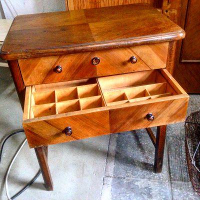 Unser Nähtischchen ist ein typisches Möbelstück aus den 30er oder 40er Jahren