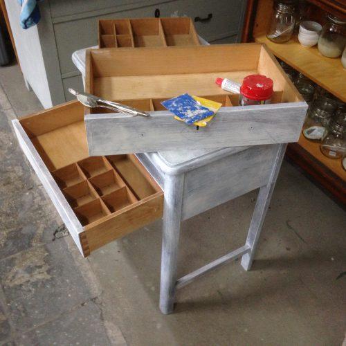 Ein mittelgroßes Möbelstück, wie dieser Tisch, kann bei unserem DIY Workshop mitgebracht und individuell gestaltet werden