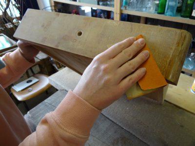 Bevor Du ein Möbel streichen kannst, müssen alle rauen Stellen weggeschmirgelt werden,. Ausserdem musst Du die alten Farbschichten abschleifen.