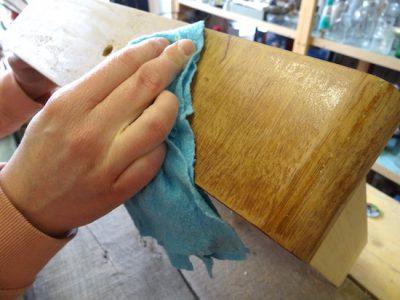 Bevor es losgehen kann mit der Bearbeitung eines alten Möbeelstücks sollte es sorgfältig gereinigt werden.