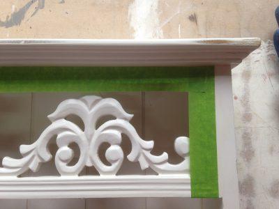 Beim Streichen einzelner Vintage Möbelteile ist das Arbeiten mit Qualitäts-Klebeband meist recht hilfreich