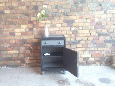 Schwarze Möbel können mit einem einzigen farbigen Objekt wunderbar zur Geltung gebracht werden