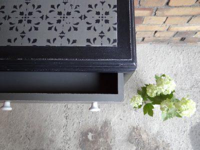 Die graue Deckplatte unseres Schränkchens haben wir mit Ornamenten in Schwarz versehen