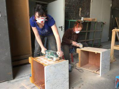 Zur Möbelgestaltung gehört auch der Einsatz von Schleifmaschinen