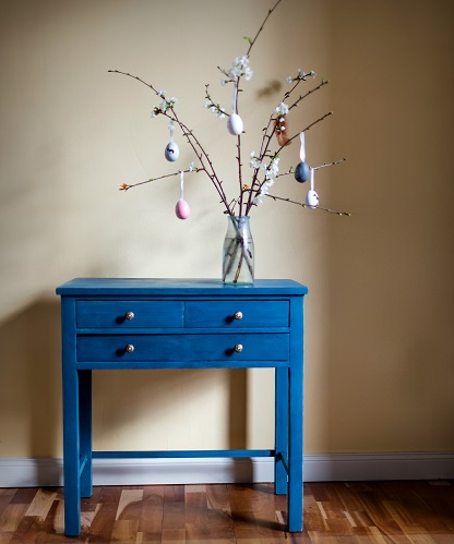 Flow Blue heißt der Milk Paint Farbton, mit dem dieser kleine Nähtisch aus den 30er Jahren gestrichen wurde