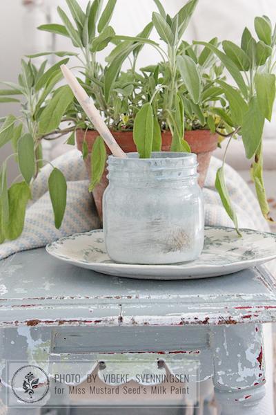 Mit der natürlichen, ökologischen Milk Paint kannst Du Deine Möbel mit nachhaltigen Farben bearbeiten. In meinen Workshops lernst Du auch, wie Du Möbel nachhaltig und chemiefrei versiegeln kannst.