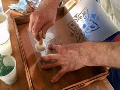 In unsere Rapuze DIY Workshops mit Milk Paint zeigen wir Dir, wie das Schablonieren funktioniert.