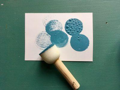 Bevor Du mit dem Schablonieren beginnst solltest Du den Stupfpinsel auf einem Papier austupfen, damit er nicht zu viel Flüssigkeit enthalt.