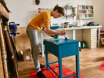 Der Workshop for One kombiniert das Kennenlernen von Basistechniken im Umgang mit Mikl Paint mit dem gestalten eines eigenen Möbels.