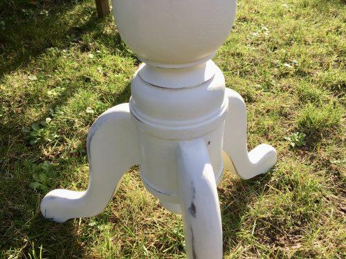 Das Gründerzeit Tischchen in Weiß hat drei geschwungene Beine;